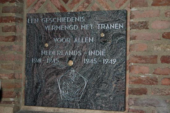 De plaquette van Joyce Bloem die op 14 augustus 2007 werd onthuld op de Gedeputeerdenplaats van het Nijmeegse historische stadhuis. De plaquette hangt naast de twee oudere die er al waren ter nagedachtenis van de Nijmeegse gevallenen in het Verre Oosten