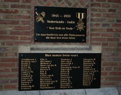 De twee plaquettes ter gedachtenis van Nijmeegse gevallenen in de oorlog in Azië.
