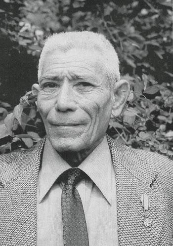Chris Holman (1908-1996) in 1977 thuis in Goes Onderscheiding: Bronzen Leeuw ontvangen uit handen van koningin Juliana Bron foto: Henk Hovinga: 'Met de dood voor ogen' (p. 54)