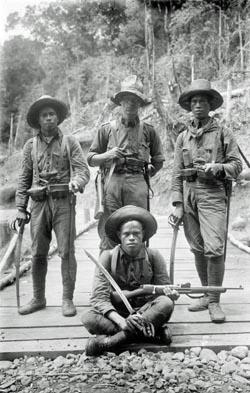 Leden van het Korps Marechaussee Atjeh. Staand in het midden een sergeant ('baas'), dezelfde rang die Chris Holman in het korps had. Bron foto: Collectie Tropenmuseum